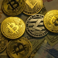 Criptovalute, la caduta dopo il boom. Bitcoin, valore dimezzato in un mese (Corriere della Sera)